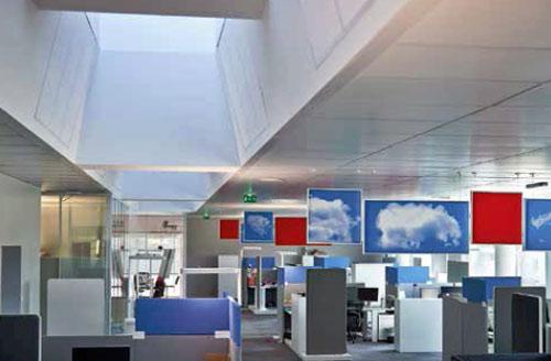 Les systèmes de plafonds chauffants rafraîchissants Zehnder couvrent l'ensemble des 1.500 m² de la zone de bureaux