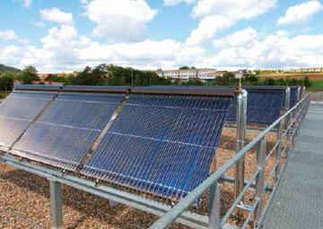 champs de panneaux solaires