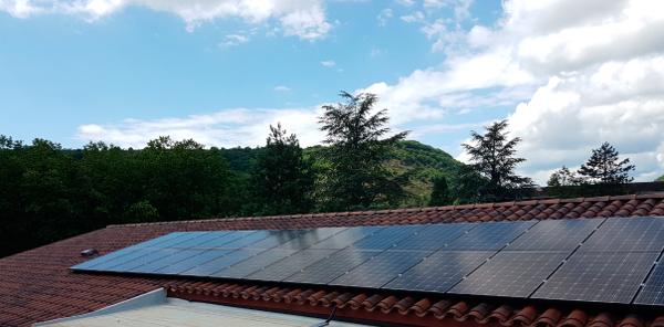 trois champs de capteurs photovoltaïques