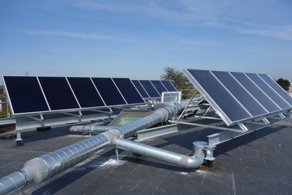 panneaux solaires thermiques disposés en toiture