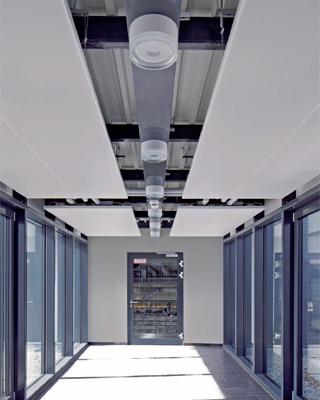 panneaux rayonnants dans un couloir