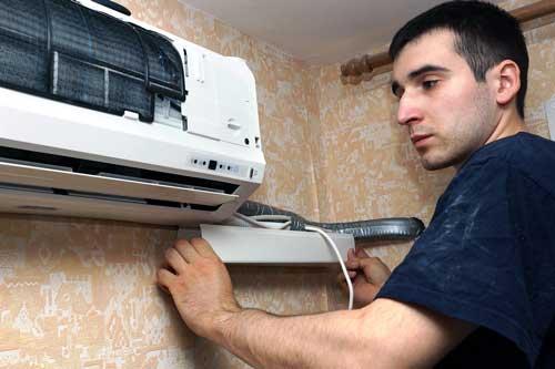 frigoriste réparant une clim