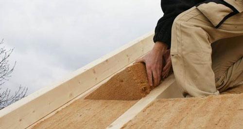 L'épaisseur de la première  couche d'isolant doit être égale à l'épaisseur des chevrons