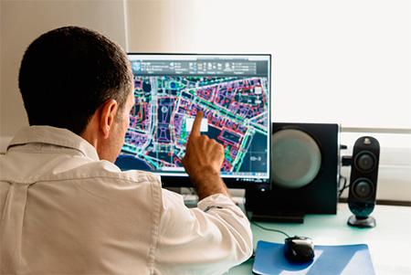 Projeteur BIM CVC réalisant des plans avec des outils informatiques BIM